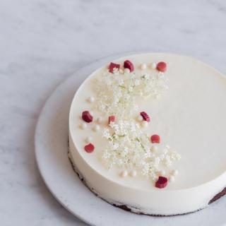 Hyldeblomst moussekage med hvid chokolade og rabarber
