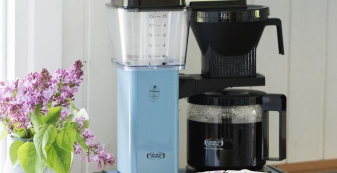 Islagkage med café au lait smag og en pastelblå Moccamaster til sommerhuset