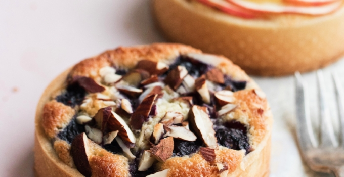 Små tærter med blåbær og æbler