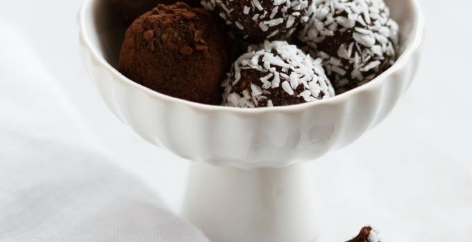 Dadelkugler med Tahin, kakao og kokos
