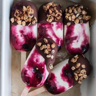 Frozen yogurt bær ispinde med chokolade og granola