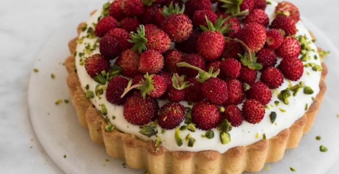 Skovjordbærtærte med pistacie-frangipane og chantilly creme