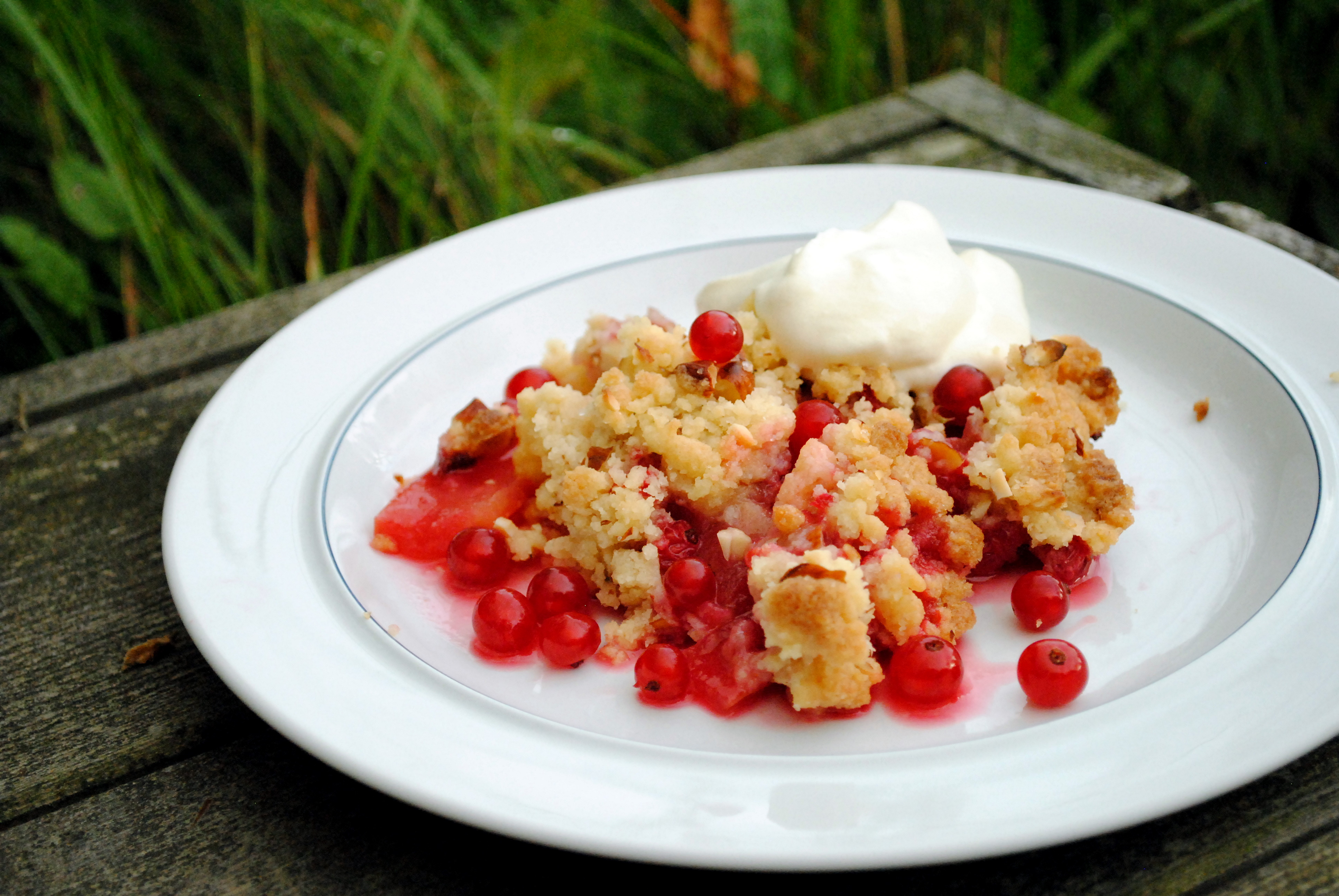 Crumble with redcurrant and apple