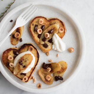 French toast med stegte bananer og chokolade