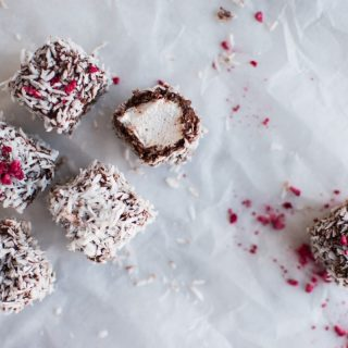 Hjemmelavede skumfiduser overtrukket med chokolade og kokos