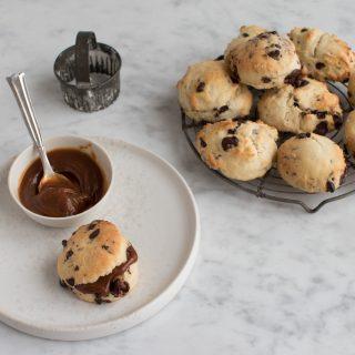 Chokolade scones med saltkaramel