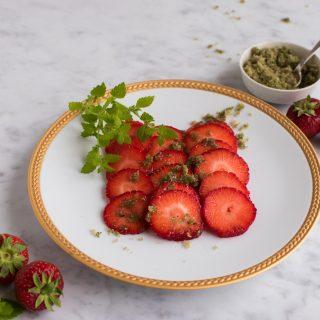 Sommerdessert på fem minutter – Jordbær med citronmelisse-sukker