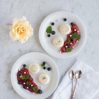 Vaniljeprikket panna cotta med rabarber