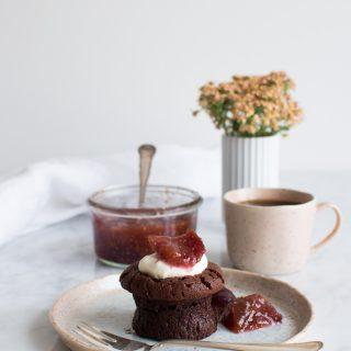 Små chokoladekager med den lækreste figenmarmelade