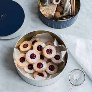 Julefine småkager med hindbærsyltetøj i Kählers nye opbevaringsdåser