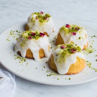 Fine små citronmandelkager med citronglasur og pistacier
