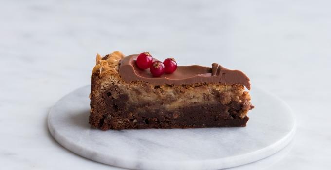 Marmoreret brownie med mørk og hvid chokolade