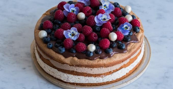 Fødselsdagslagkage med rabarber og mælkechokolade