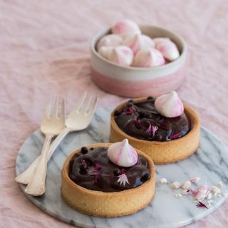 Chokoladeintense tærter med hindbær og farvefine marengs