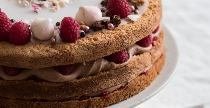 Lagkage med hindbær og chokoladekagecreme