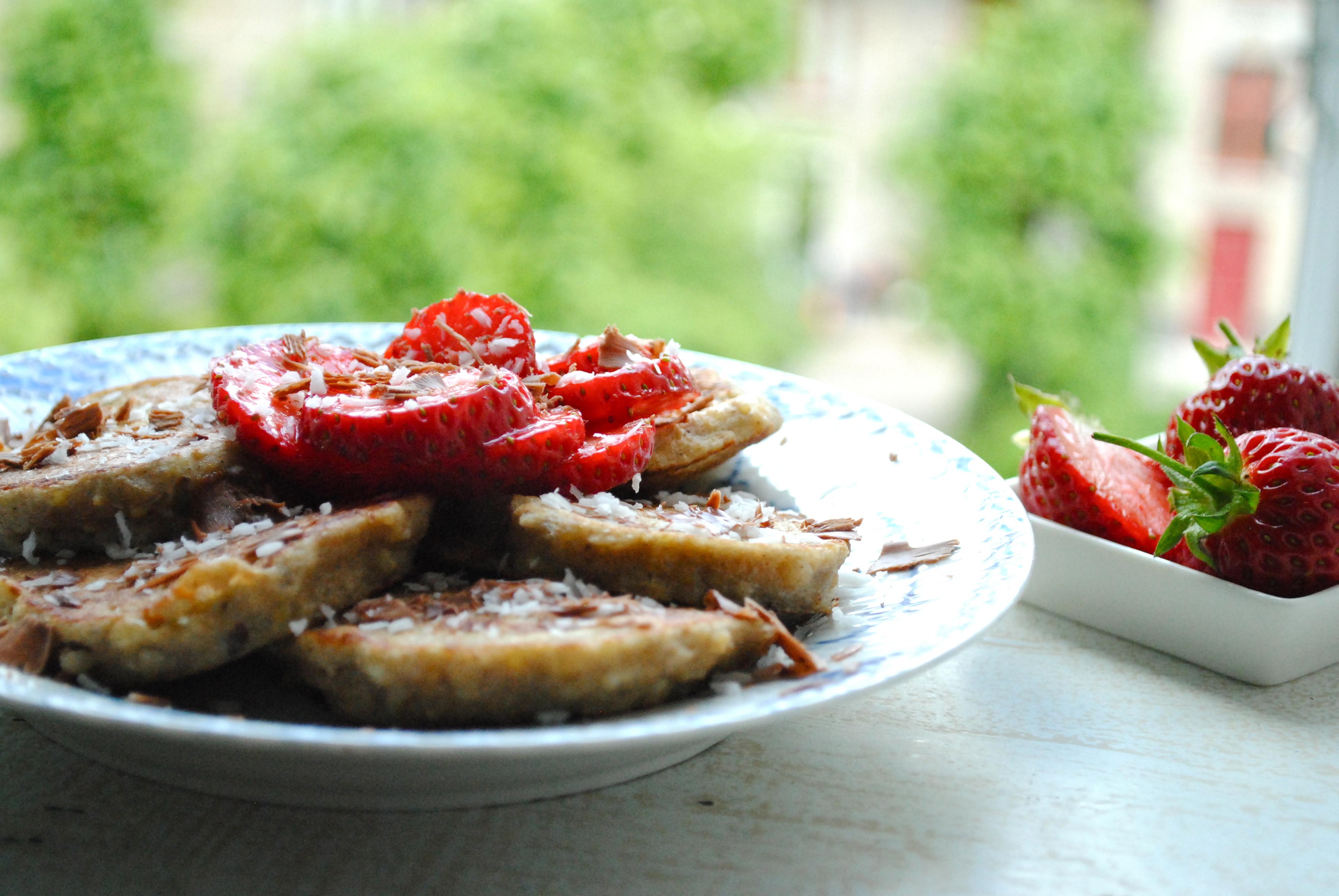 Kokospandekager med jordbær og mælkechokolade
