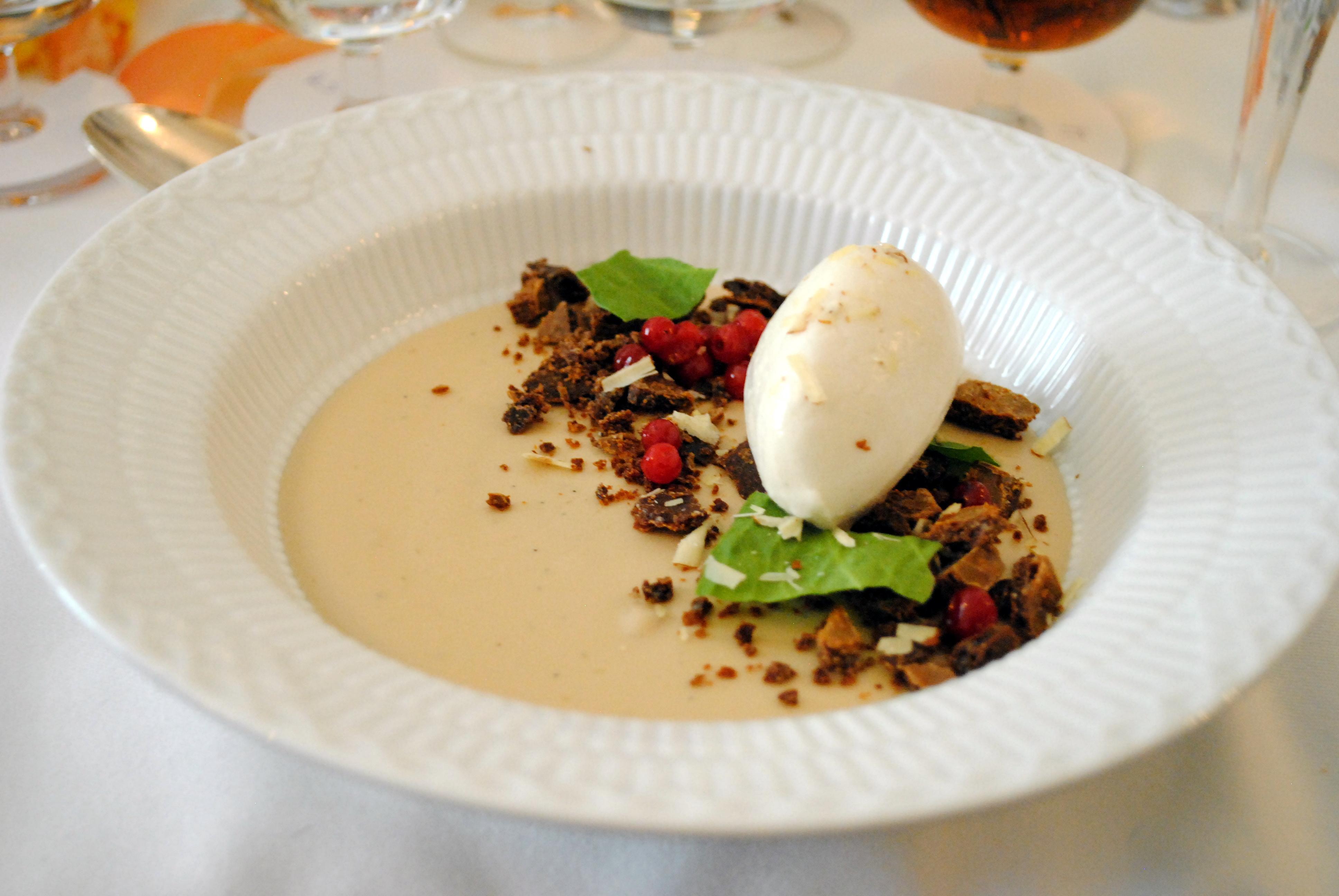 En dessert fra Krogs Fiskerestaurant med Aalborg Jubilæums Akvavit i, samt en lille konkurrence