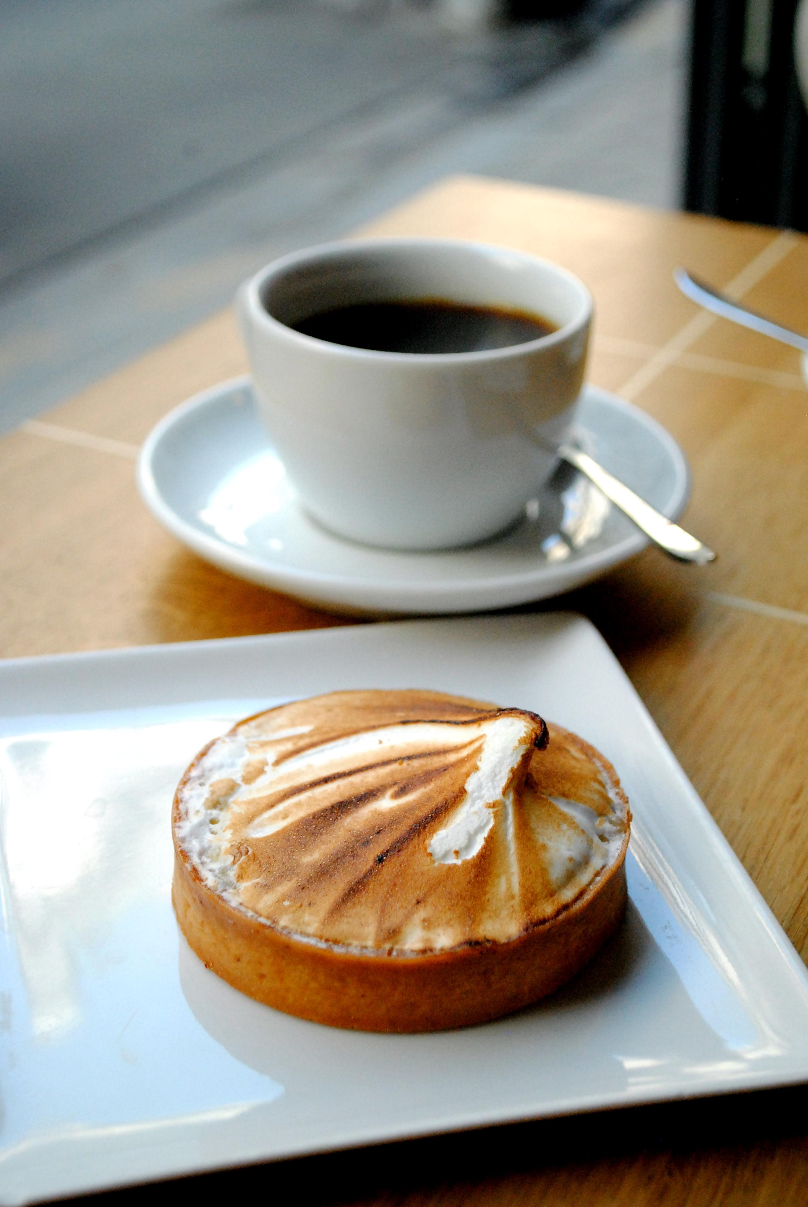 Dejlig kaffe og en sirlig citrontærte på Coutume Café i Paris