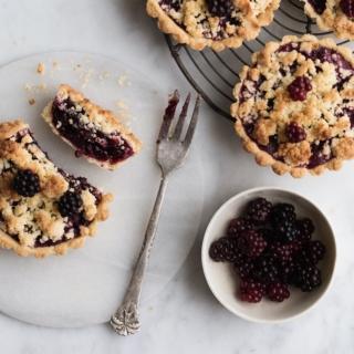 Brombærtærter med marcipancrumble