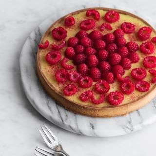 Passionstærte med frangipane og hindbær