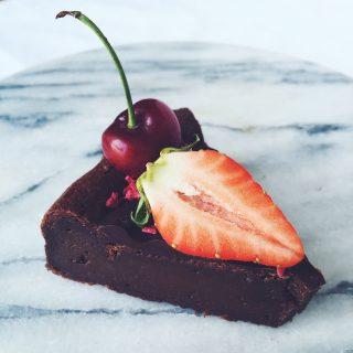 Chokoladekage med chokoladetopping og bær