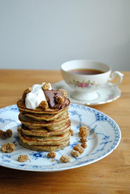 Buttede bananpandekager med chokolade-peanutbutter-smørepålæg