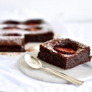 Blommeballade – chokoladekage med pocherede blommer