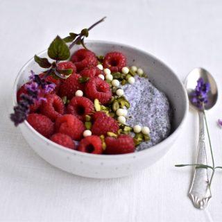 Morgenmad – chiagrød med mandelmælk og bær