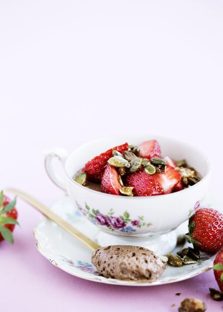 Lys chokolademousse med jordbær og karamelliserede græskarkerner