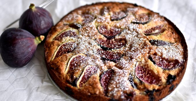 Marzipan cake with figs, blueberries and caramelized white chocolate