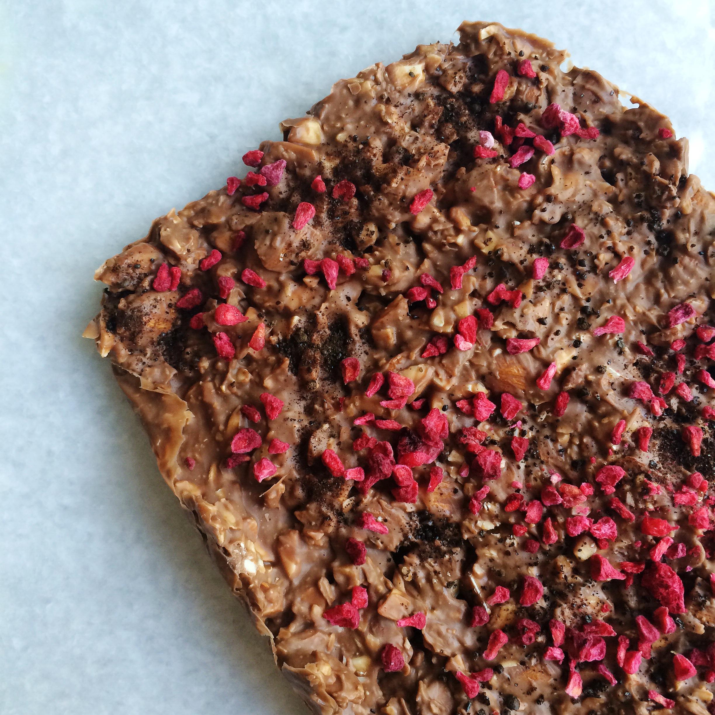 Sprøde mælkechokoladebrud med hindbær og lakrids
