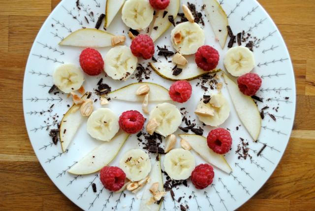 Hindbær, banan, pære, chokolade og saltede mandler