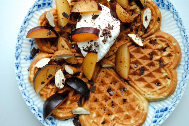 Marcipanvaffel med blommer, skyr og chokolade til morgenmad