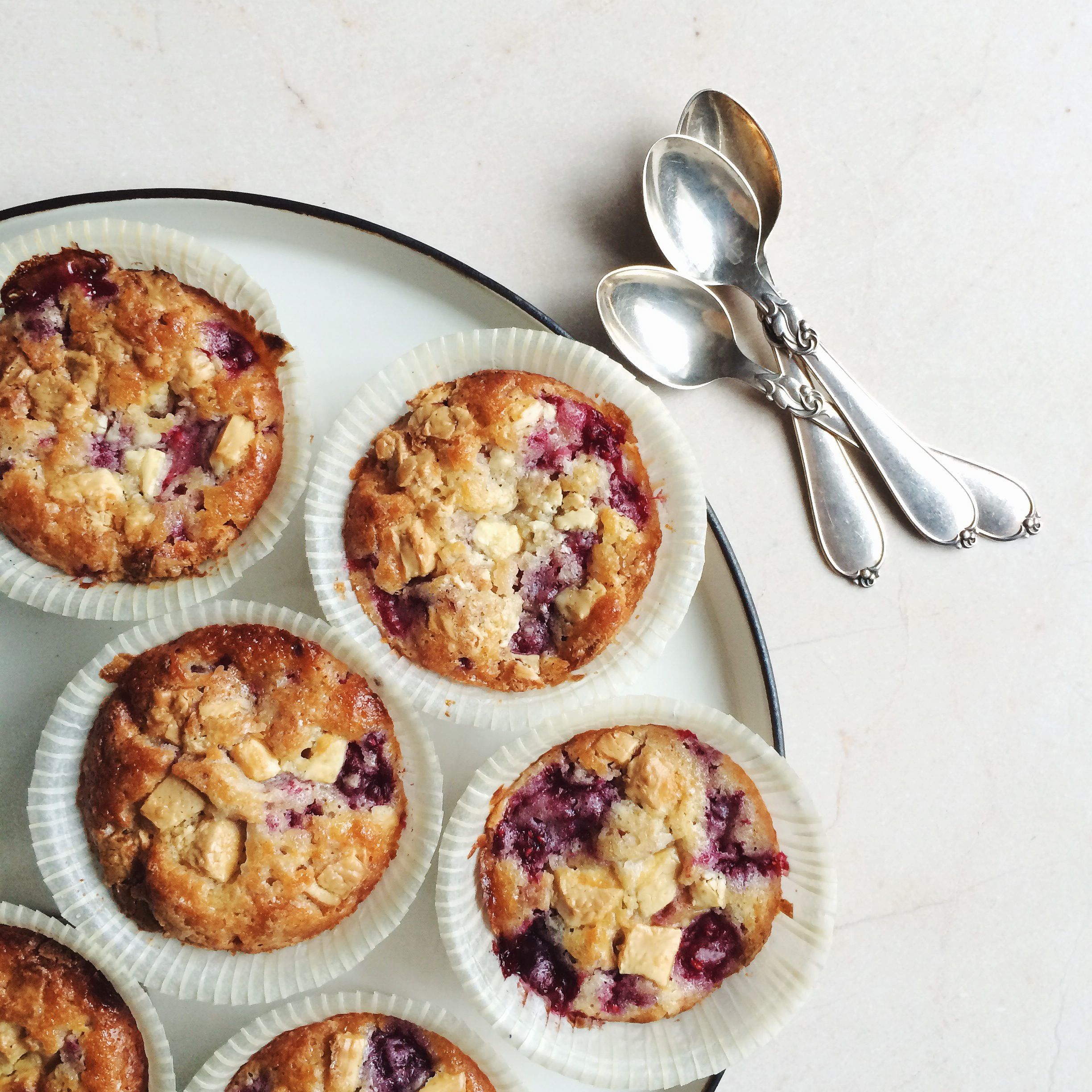 Muffins with raspberries and white chocolate