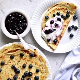 Pandekager med blåbærsyltetøj og græsk yoghurt