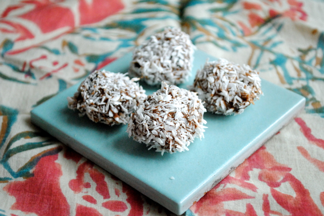 Agen svesker dyppet i chokolade og kokos
